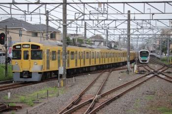 2019年7月5日6時39分。田無。4番ホームを通過した2057F+2453Fの下り回送列車。中線に止まっているのは5105レで到着した38113F。