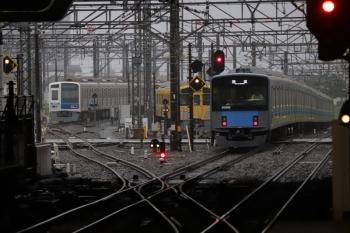 2019年7月6日 5時30分ころ。所沢。左から、電留線で帯泊の6104Fと2085F、そして2番ホームを通過した20106Fの上り回送列車。新宿線から電留線への入線が可能となったのでしょうか、上り新宿線の脇に信号機が設置されていました。