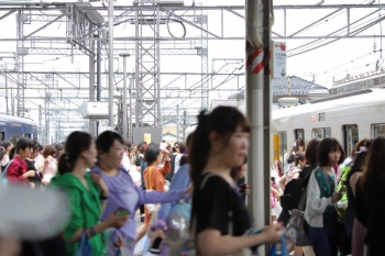 2019年7月7日 13時50分ころ。西所沢。20104Fの2133レから38111Fの6145レ?へ乗り換える大勢の乗客。殆どが女性。