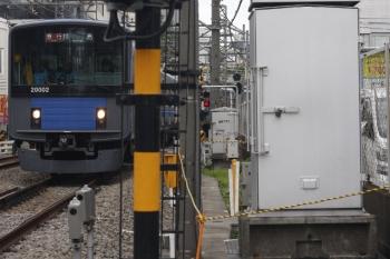2019年7月10日。高田馬場〜下落合。20102Fの2323レと、周囲にロープが張られた機器箱。