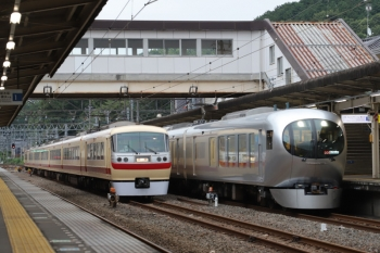 2019年7月14日。仏子。001-C編成の25レが、中線停車中の10105Fの回送列車の横を通過。