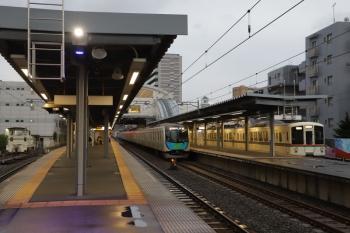 2019年7月14日。東長崎。1番ホームに4001F+4017Fの下り回送列車が停車中(右)。2番ホームを40101Fの2163レが通過。