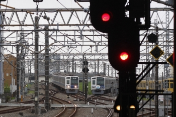 2019年7月25日 5時30分ころ。所沢。6152Fの上り回送列車(左端)と滞泊中の6151F(Nack5)・2087F。
