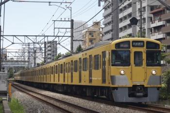 2019年7月26日。高田馬場〜下落合。N2000系の2644レ。中間車だけが日を浴びていました。