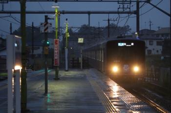2019年7月28日。元加治。小雨降る元加治駅に一番列車の3102レが到着。