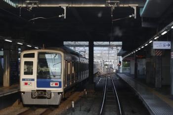 2019年7月31日 5時48分。保谷。2番ホームから発車する6117Fの下り回送列車。