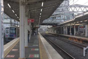 2019年7月31日 5時35分。清瀬。1番ホームを通過する6117Fの上り回送列車。