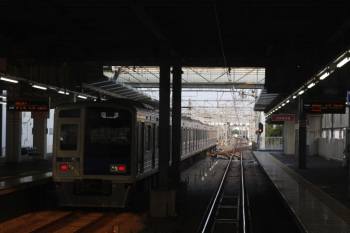 2019年8月1日 5時48分ころ。保谷。2番ホームから発車する6116Fの下り回送列車。