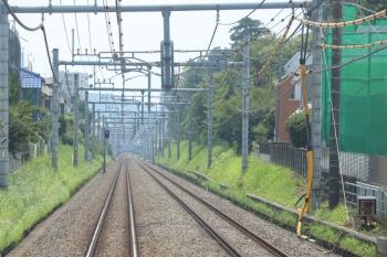 2019年8月2日。清瀬〜東久留米。人影はないですが。秋津〜東久留米駅間の下り線脇の架線柱に黄色いカバーで覆われた電線が付いてます。