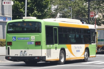2019年8月7日 12時28分ころ。高田馬場駅近くの新目白通り。「試運転」表示の都バスが都心方向へ向かいました。