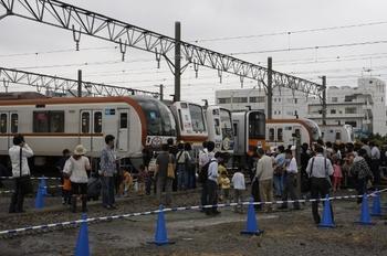 2009年6月6日、東京メトロ新木場車両基地、記念ヘッドマークをつけ並んだ4編成と撮影する人々。
