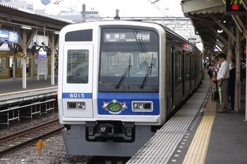2009年6月18日、所沢、6706レの6115F。前面にライオンズのステッカーが貼られている。