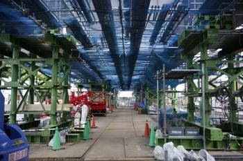 2009年6月3日、石神井公園~大泉学園、石2踏切から石1踏切方を見る。架設された鉄橋桁の下。