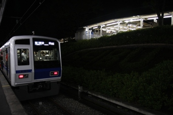 2009年7月5日 20時35分頃、西武球場前、1番ホームに到着した6158Fの各停 渋谷ゆき(09S運用)。