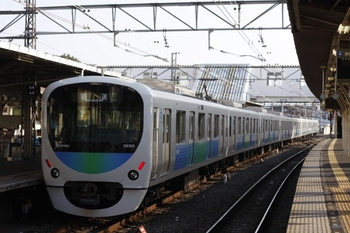 2009年7月16日 6時4分頃、所沢駅、3番ホームを通過する38105Fの池袋線・上り回送列車。