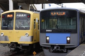 2009年7月21日、所沢、20103Fの5607レの横に到着する1253F+1251Fの2608レ(右)