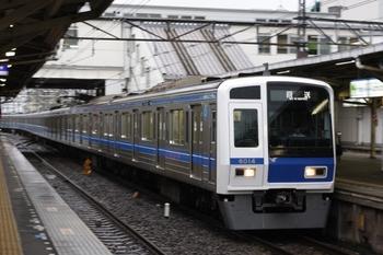 2009年7月24日 5時51分頃、所沢、3番ホームを通過する6114Fの池袋線 上り回送列車。