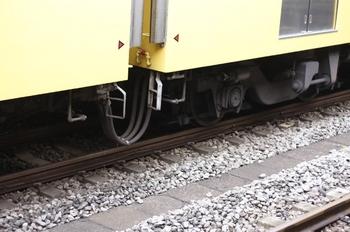 2009年7月28日、所沢、クモハ2403(左)とクハ2404の連結面床下。