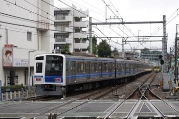2009年7月28日、ひばりが丘、7時3分ころに1番ホームから発車した6114Fの下り回送列車。