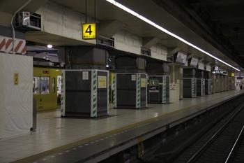 2009年7月18日、池袋駅、3番ホーム中央から4番ホーム上り方を撮影。