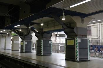 2009年7月18日、池袋駅、5番ホームから6番ホームを撮影。