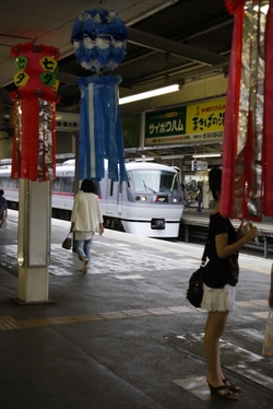 2009年8月8日午後、狭山市駅、ホームや改札口前にも七夕の飾り付けがありました。<br>