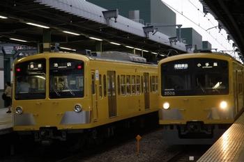 2009年8月25日、練馬、1241F+1243Fの5512レ(左)と並んだ3005Fの4863レ。