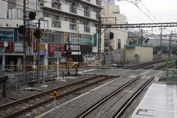 2009年9月13日、江古田、踏切をはさんで駅と反対側の上り線脇に、車庫らしき建物が見えます