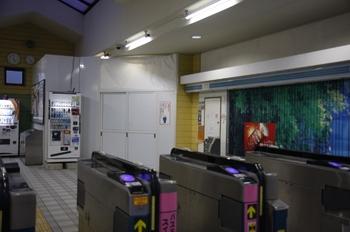 2009年10月3日、元加治、改札口から駅舎内を見る。