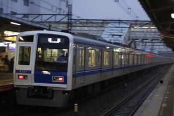 2009年10月6日 5時51分頃、所沢、3番ホームを通過する6157Fの上り回送列車。