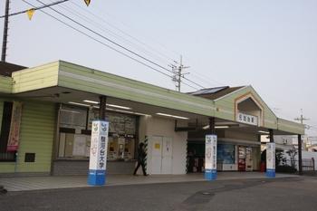 2009年10月31日、元加治、駅前広場から駅舎を見る。