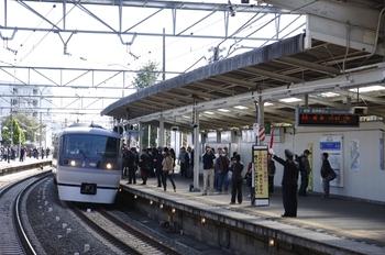 2009年11月3日 10時34分頃、稲荷山公園、発車直前の特急むさし83号(10108F)。
