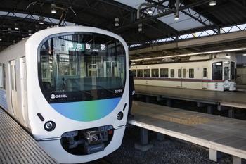 2009年11月15日 7時38分頃、32101F+38103Fの4115レ(左)と1・2番ホームで発車を待つ臨時列車のクハ4007ほか。
