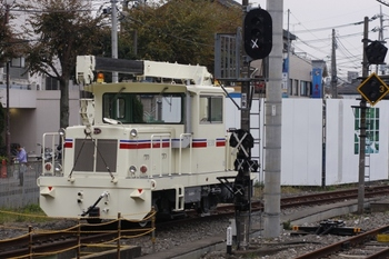 2009年11月22日、東村山、新塗装の保線用の小型機関車。