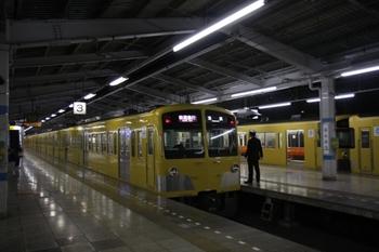 2009年12月3日、21時45分頃、飯能、2・3番ホームで発車を待つ1239F+1243Fの快速急行 池袋ゆき