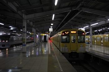 2009年12月3日 22時32分頃、飯能、2・3番ホームで発車を待つ2079Fの各停 西武秩父ゆき。