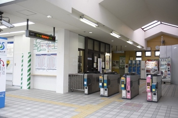 2009年12月19日、元加治、改札口を外側から。