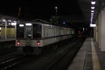 2009年12月28日 21時22分頃、仏子、中線から下り方へ発車する4009Fの下り回送列車。