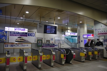 2010年1月2日、日暮里、JR側から京成の乗り換え改札内を見たところ。