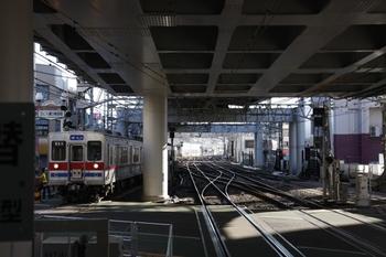 2010年1月2日、京成高砂、到着する金町線の普通列車。