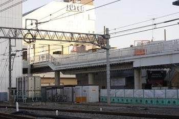 2010年1月4日、保谷、飯能方の上り線側から下り線側の駅前広場を見る。