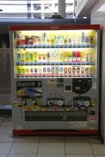 2010年1月23日、池袋、特急改札口前のコカコーラの飲料自動販売機。