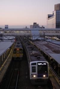 2010年1月27日、所沢、左は発車を待つ2091Fの上り回送列車。