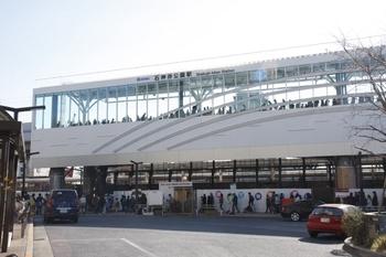 2010年1月30日、石神井公園駅、北口駅前広場から高架の駅舎を撮影。