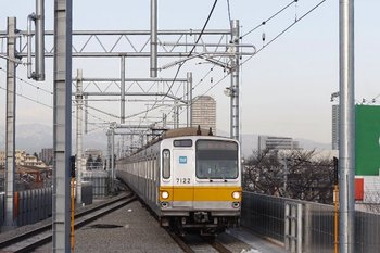 2010年2月8日、石神井公園、メトロ7022Fの4506レが4番ホームへ到着。