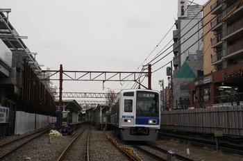 2010年2月14日 15時23分頃、石神井公園、発車した6113Fの下り試運転列車。