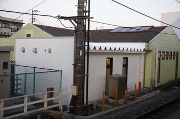 2010年2月20日、元加治、ホーム飯能方から駅舎を撮影。