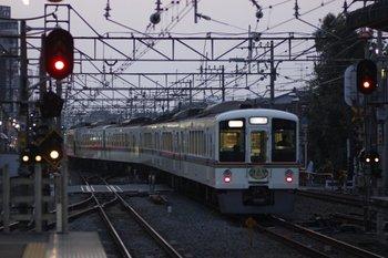 2010年3月20日 17時55分頃、清瀬、2番ホームから発車した4021F+4017Fの下り回送列車。 title=