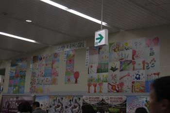 2010年3月22日、武蔵境、駅コンコースの壁に掲示された応募作品。