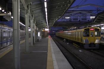 2010年3月18日 5時37分頃、清瀬、右が2番ホームの2087F 回送。